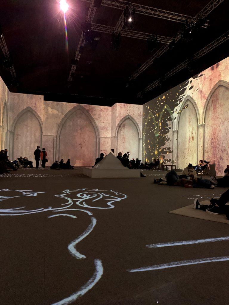 Immersive kamer op de tentoonstelling van Van Gogh.